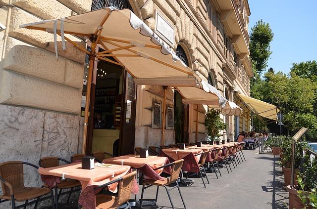 markýzy před kavárnou.jpg