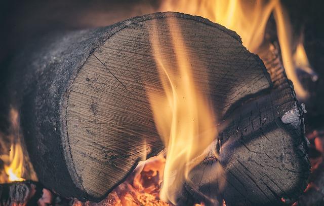 zapálené dřevo