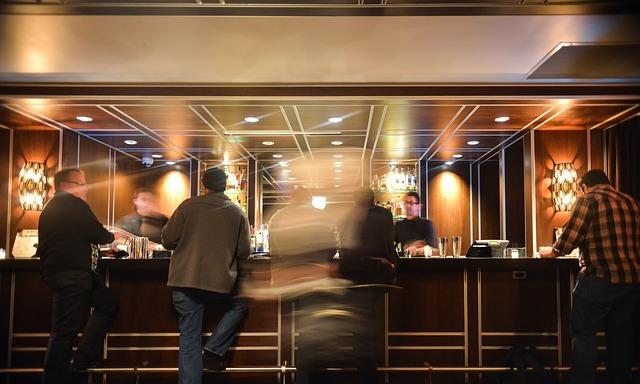 muži v baru