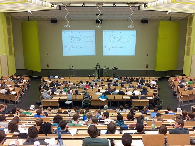 plný přednáškový sál