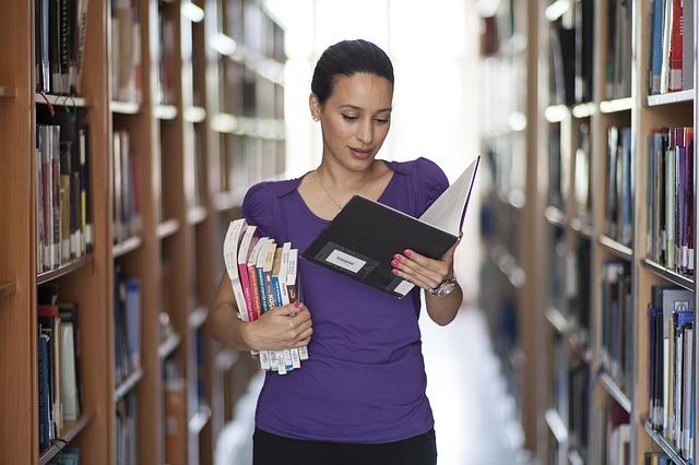 žena v univerzitní knihovně