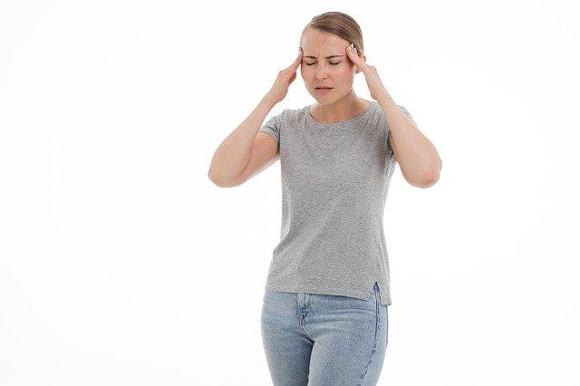 příznakem bývá migréna